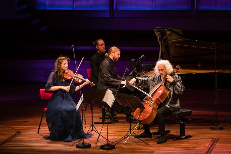 Vanaf links: Janine Jansen, de bladomslaander, Denis Kozjoechin en Mischa Maisky op het Internationaal Kamermuziekfestival Utrecht. Beeld Majanka Fotografie