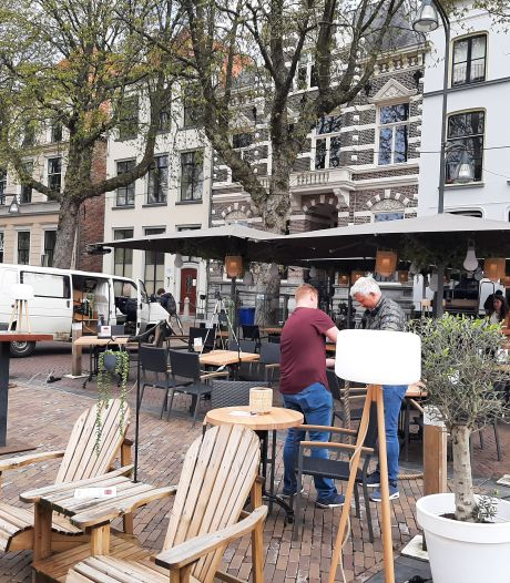 Opeens staat er weer een terras op de Brink in Deventer: is dat niet een week te vroeg?