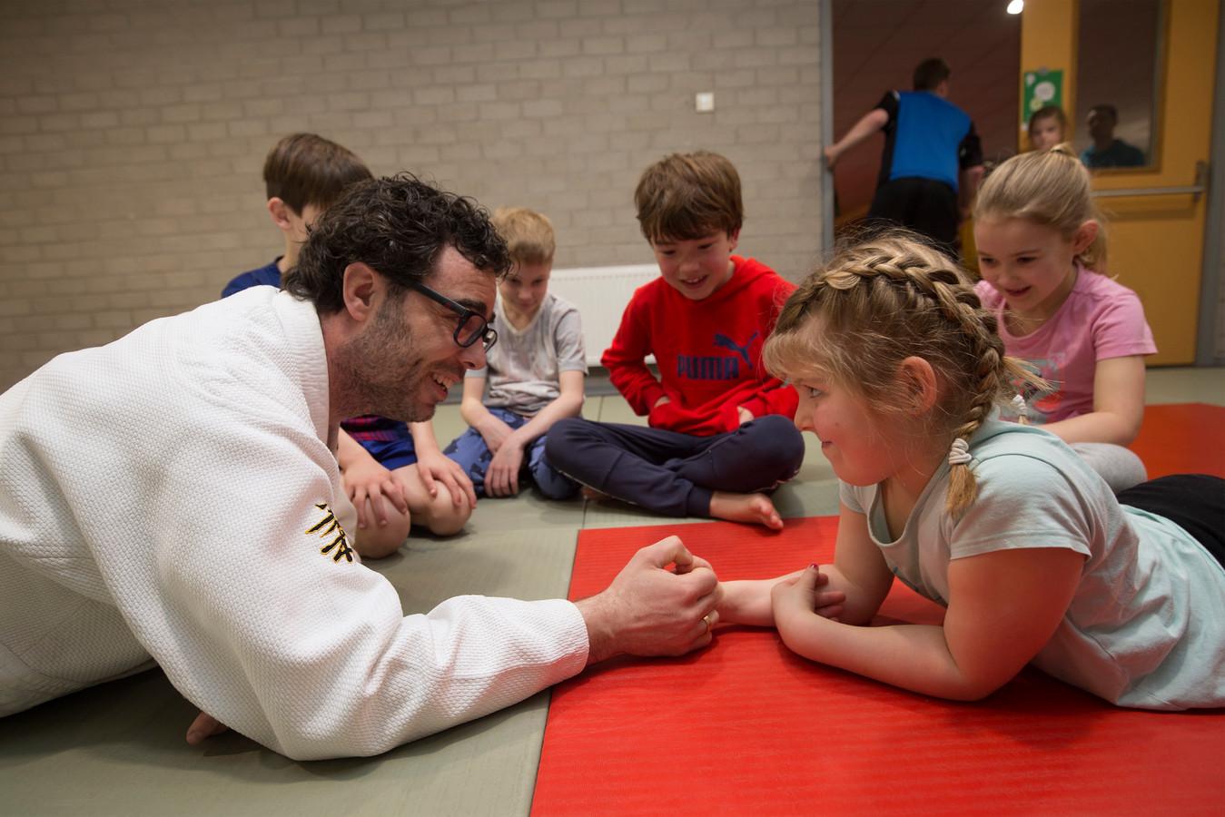 Danny Bent van Sportservice duimworstelt tijdens het judo.