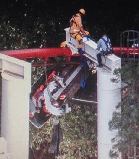 Un roller coaster déraille dans un parc d'attractions