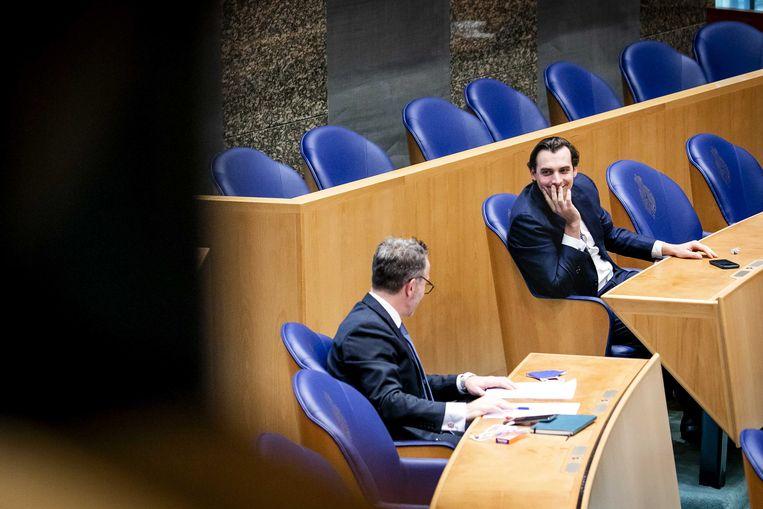 Thierry Baudet en Wybren van Haga tijdens de stemmingen na afloop van het vragenuur in de Tweede Kamer.  Beeld ANP