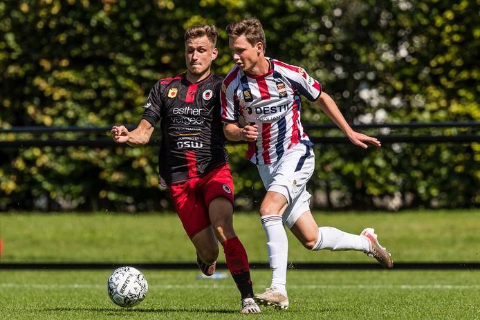 Max Svensson (rechts) tijdens zijn korte invalbeurt tegen Excelsior.