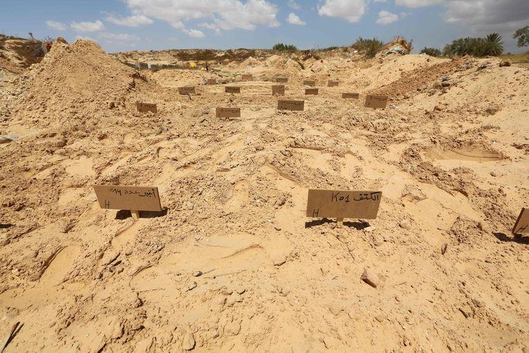 Op een begraafplaats in Ben Gardane zijn migranten begraven, die onderweg naar Italië zijn verdronken en in Tunesië zijn aangespoeld.  Beeld AFP