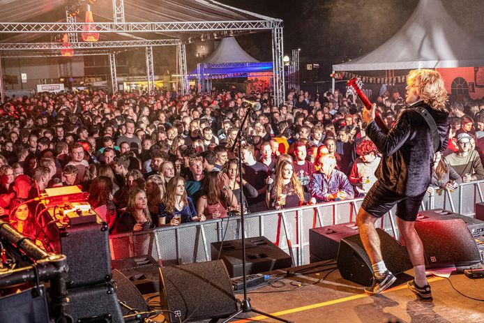 Pleinfeest op het Weijerplein in Boxmeer en vanaf vandaag geld de anderhalve meter ook niet meer. De coverband van AC/DC bezig met hun optreden.