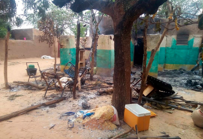 Bij een aanval op dit Malinese dorp kwamen meer dan 100 mensen om.