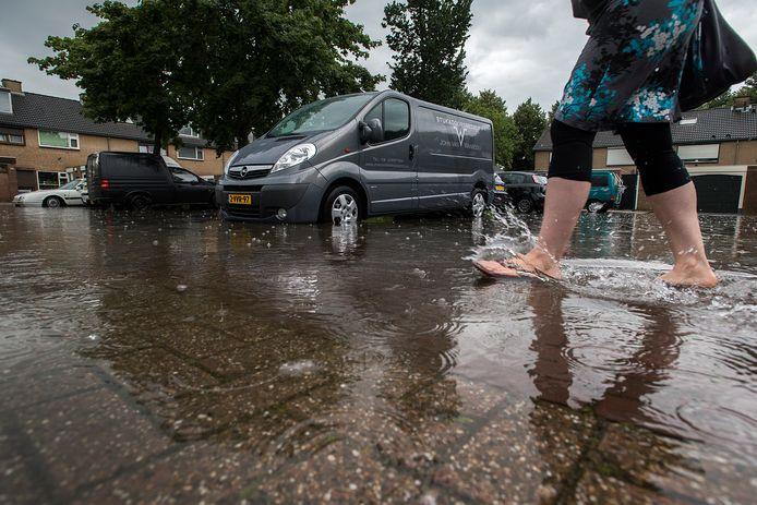 Wateroverlast na overvloedige regenval is Oosterhout niet vreemd getuige dit beeld uit 2014 van de Plevierstraat.