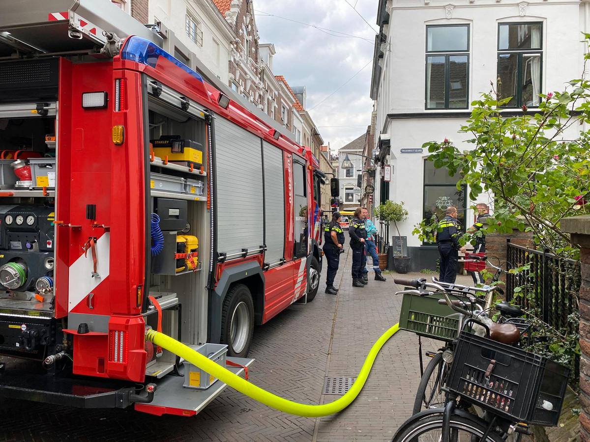 Hulpdiensten proberen de brand in de binnenstad van Deventer onder controle te krijgen.