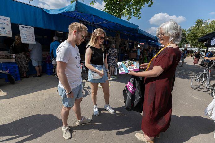 Wethouder Mieke Theus deelde vorige week op de weekmarkt - die voor het eerst sinds lange tijd weer op de Markt plaatsvond - tasjes met informatie uit over hulp en ondersteuning in Valkenswaard.