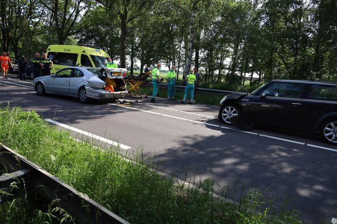 Vier auto's botsen in Erp. Een persoon naar het ziekenhuis gebracht.