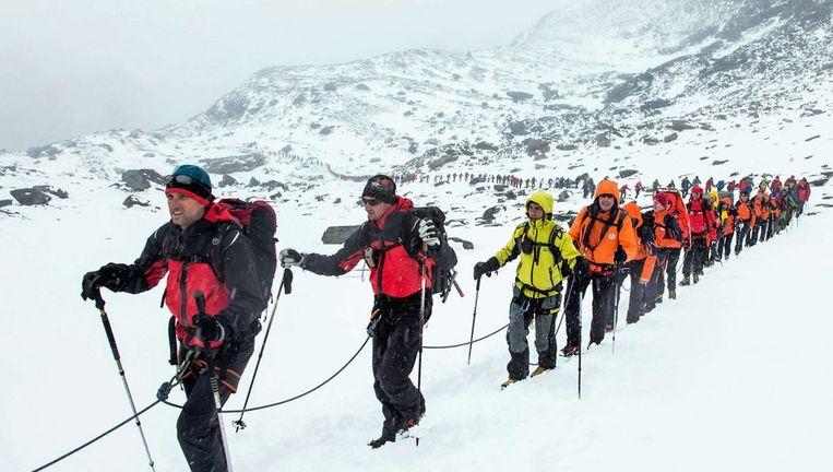 Een recordpoging tot langste menselijke keten in Tirol. Beeld epa