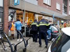 Vrouw (85) botst met auto tegen gevel Albert Heijn in Gennep, flinke schade aan pui: 'Er waren veel klanten in de winkel'