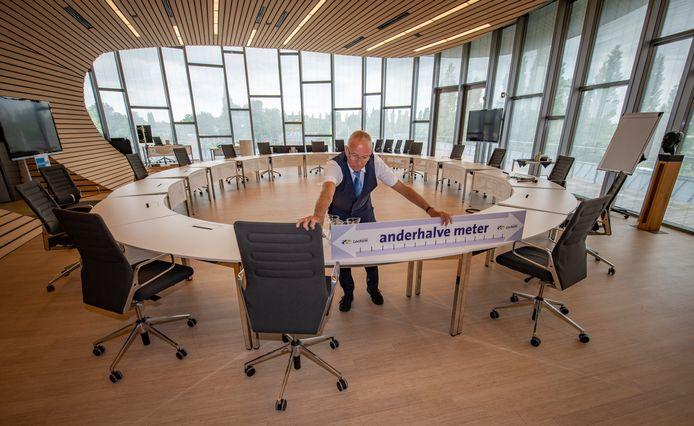 Ondersteunende personeel van de gemeenteraad in Lochem treft voorbereidingen voor de eerstvolgende fysieke debatavond in Lochem volgende week maandag.