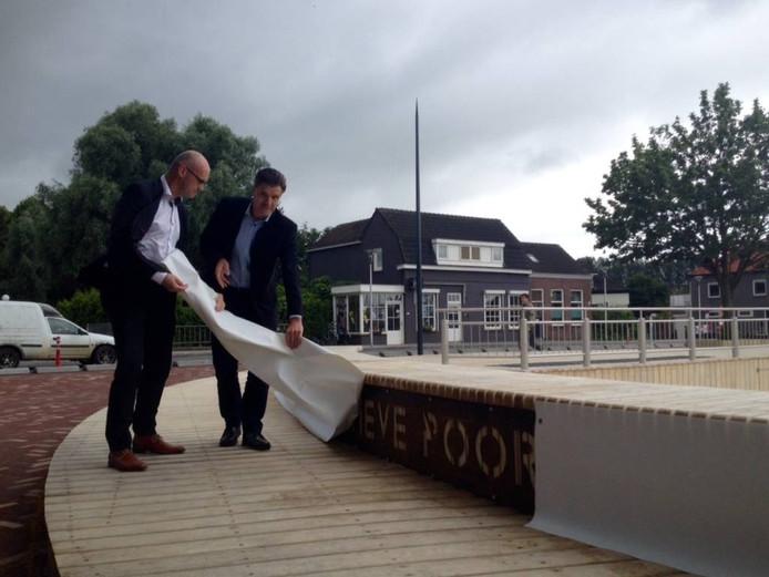 Martin Dees (l) en wethouder Cors Zijlmans onthullen het naambord voor de havenpoort van Steenbergen. foto annelies vlaanderen'