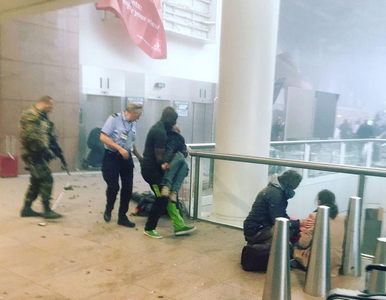 Een met rook gevulde terminal op de Brusselse luchthaven nadat twee explosies plaatsvonden. Beeld ap