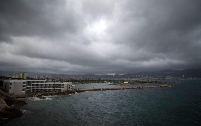 Regenwolken boven Marseille.