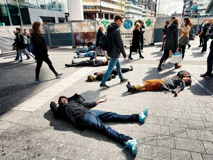 Klimaatactivisten van Extinction Rebellion vielen in april 2019 voor dood neer op het Stationsplein van Utrecht Centraal.