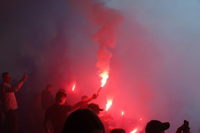 Fans zwaaien FC Den Bosch uit voor play-offs