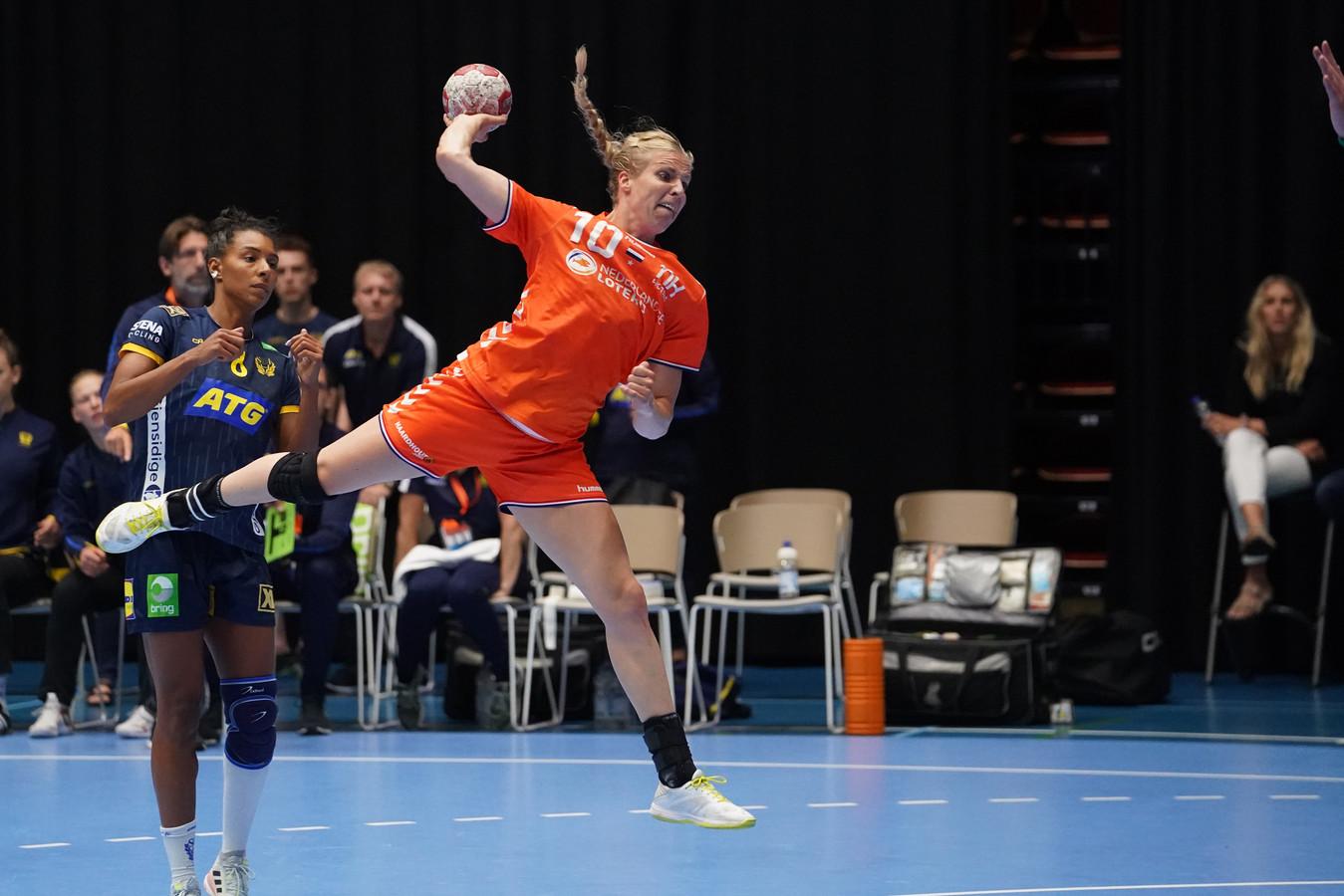 Danick Snelder in actie tegen Zweden.
