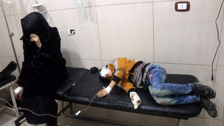 Gewonde Syriërs in een veldhospitaal in Oost-Aleppo. Beeld AFP