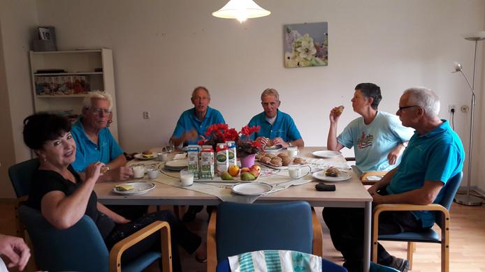 De klusploeg van Hart voor de Zorg Walcheren geniet van een door Tafel Thuis geleverde feestelijke lunch tussen de werkzaamheden door.