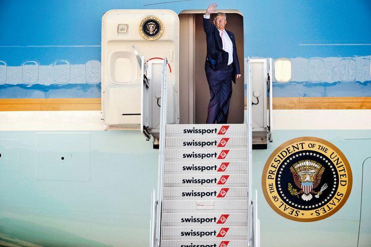 Trump en Air Force One  (fotomontage van De Morgen). Beeld rv/fotomontage
