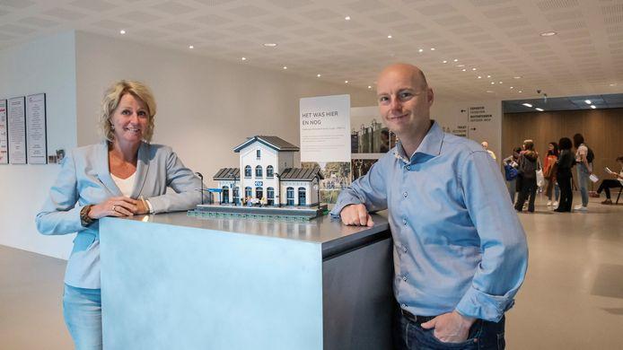 Liesbeth Prijt van NM Kamp Vught en Christian van der Ven bij het station Vught, gebouwd met Legoblokjes.