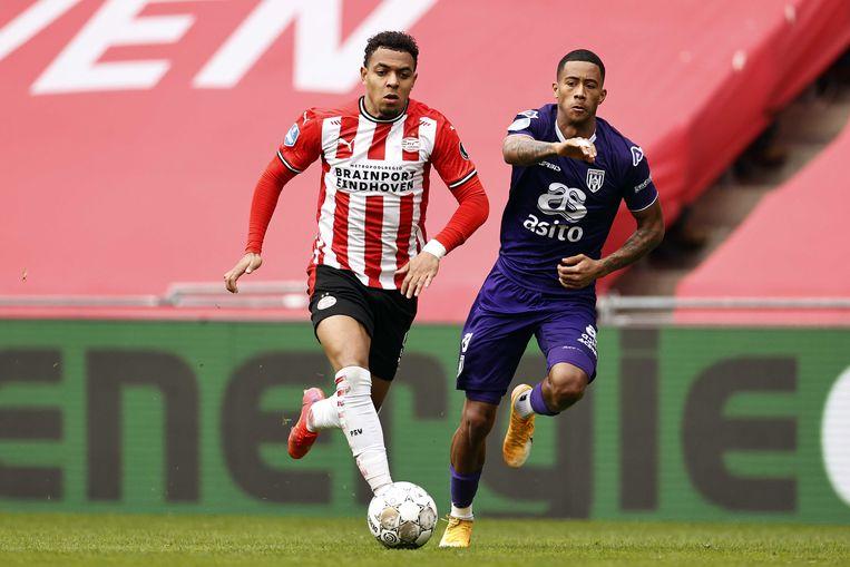 Donyell Malen van PSV en Noah Fadiga van Heracles Almelo tijdens de Nederlandse Eredivisie. Beeld ANP
