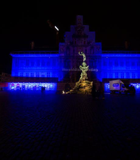 Antwerps stadhuis in het blauw tegen mensenhandel