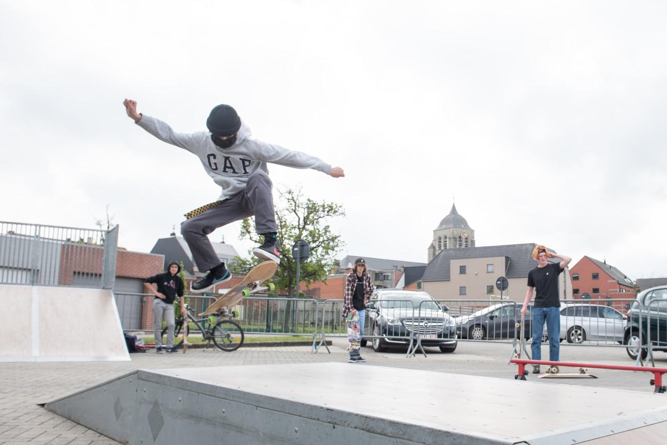 Skaters leven zich nu nog uit op de parking Tirse, maar verhuizen binnenkort naar een terrein verderop richting Driehoekstraat.