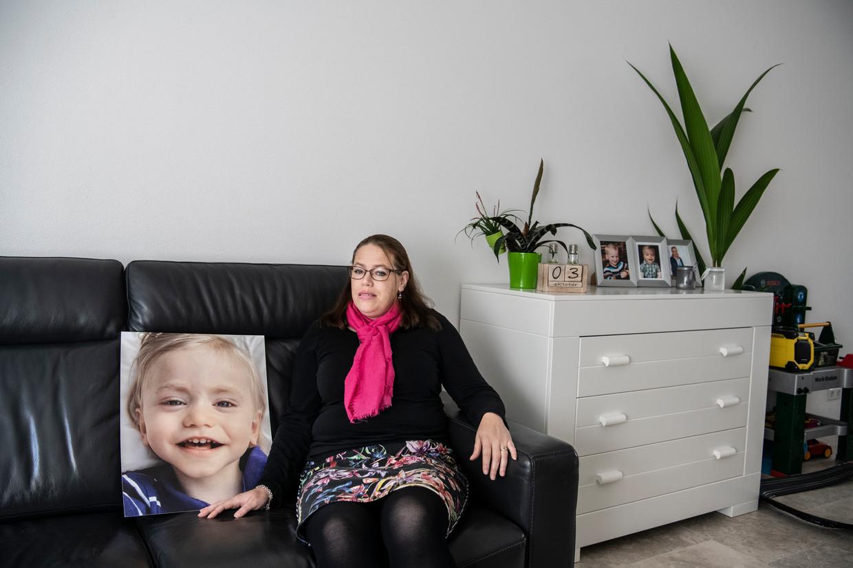 Marinka Peters, met een foto van haar zoontje Luuk.