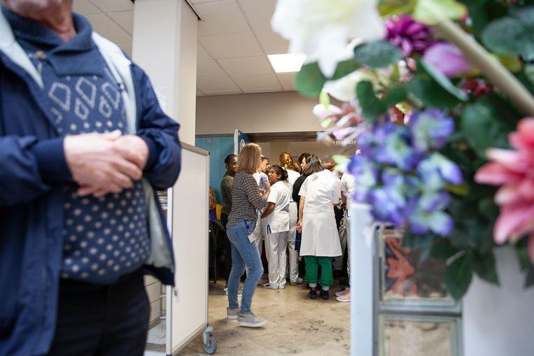 De zaal was na het faillissement te klein om al het personeel van MC Zuiderzee te kunnen bergen om het toelichtende verhaal van de curator aan te horen. Beeld Harry Cock/de Volkskrant