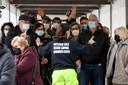 Mensen wachten om zich te laten vaccineren in Napels.