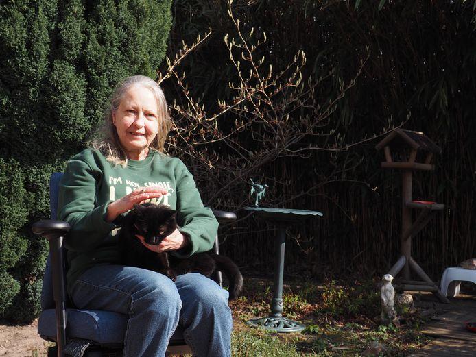 """Lou met steun en toeverlaat Poussy: """"Ik kan iedereen in eenzaamheid een huisdier aanraden."""""""