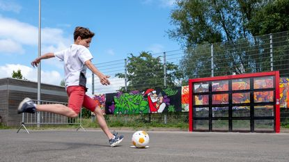 Jongeren krijgen interactieve Sutu-voetbalmuur