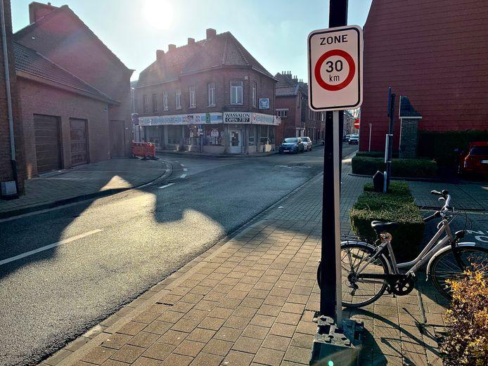 Wie de parking tussen de Magdalenastraat en Komenstraat verlaat en rechts wegrijdt, ziet het bord zone 30 niet staan.