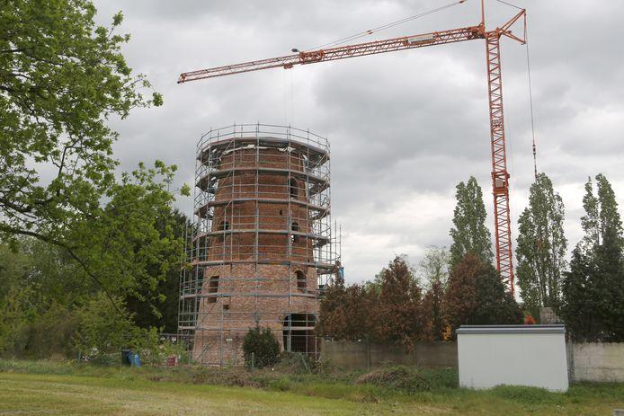 De ontmantelde molen staat in de steigers.