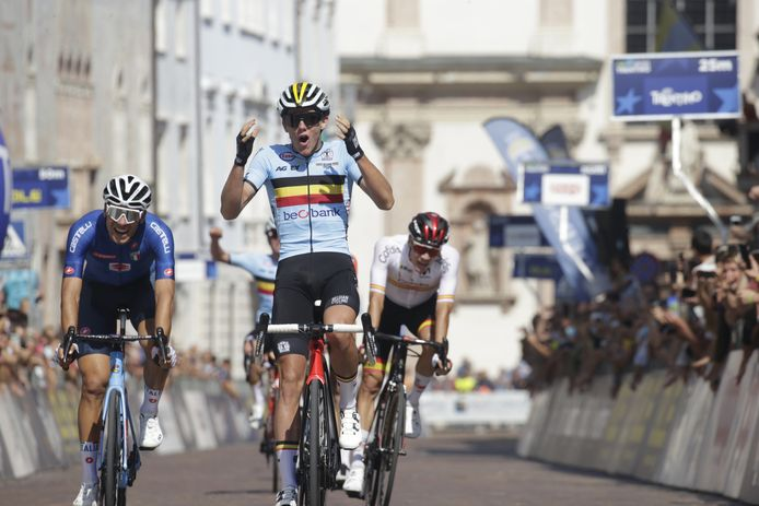 Thibau Nys wint de groepssprint en pakt zo de Europese titel op de weg bij de beloften.