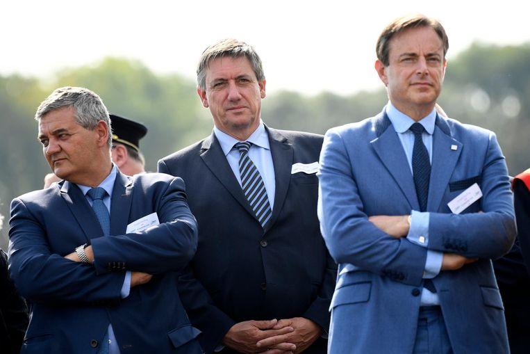N-VA-voorzitter Bart De Wever, samen met minister van Defensie Steven Vandeput (l.) en minister van Binnenlandse Zaken Jan Jambon.