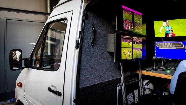 Busje waarin videoscheidsrechter aanvankelijk werkte Beeld anp