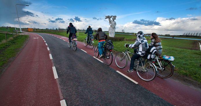 Langs drie wegen in het buitengebied van Bronckhorst worden nog voor het eind van de zomer rode fietsstroken aangelegd.