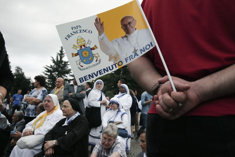 De katholieke bevolking van Albanië verwelkomt de paus. Beeld ap