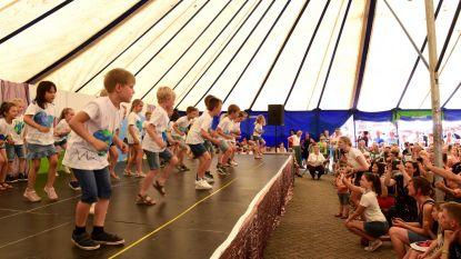 Twee scholen organiseerden samen hun schoolfeest in een grote tent