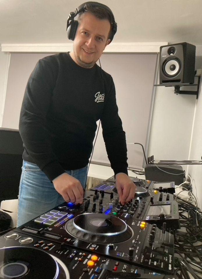 DJ Onix achter zijn draaitafel.