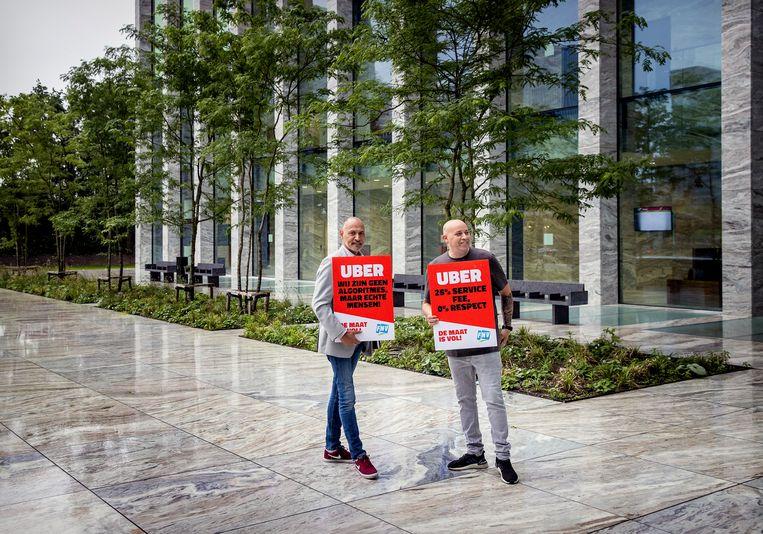 Taxichauffers bij de rechtbank, eind juni, voor de zitting tussen FNV en Uber over de rechten van chauffeurs. Beeld Hollandse Hoogte /  ANP