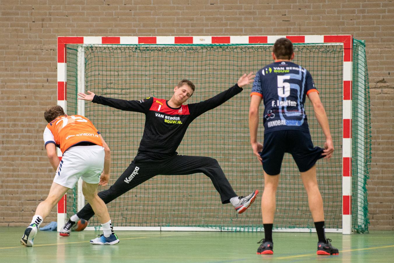 Rik Horbach in actie voor Dynamico. De Osse handballers speelden door corona dit seizoen pas drie duels.