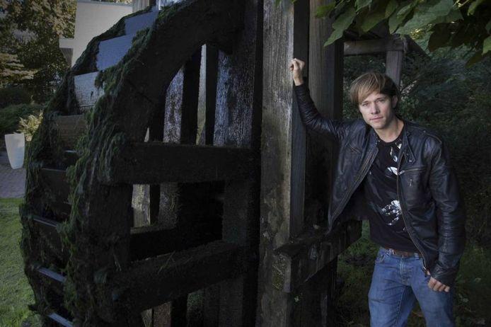 Thomas Olde Heuvelt bij het waterrad in Beek, een van de locaties van het verhaal.
