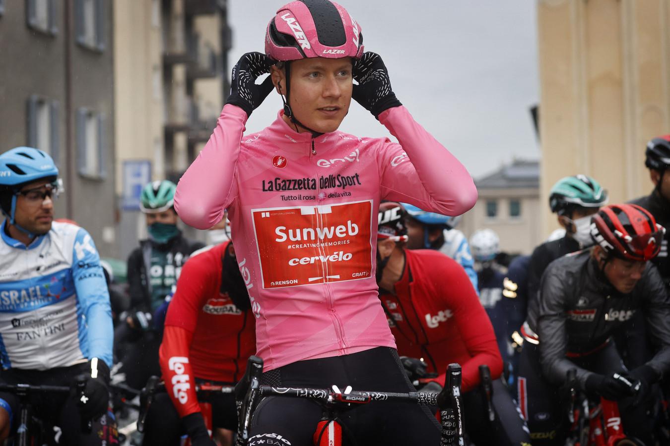 Wilco Kelderman in de roze trui bij etappe 19 van de Giro d'Italia.