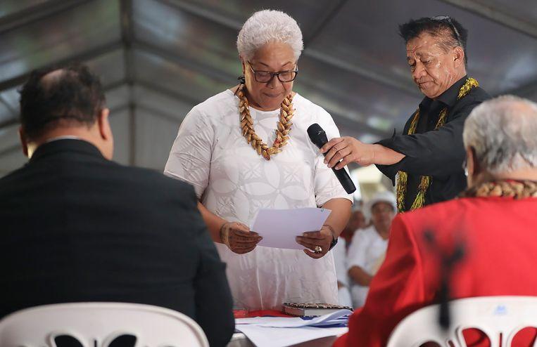 Samoa's gekozen premier, Fiame Naomi Mata'afa, wordt beëdigd tijdens een niet-officiële ceremonie. Voor het parlement stond ze voor een dichte deur, nadat de zittende premier weigerde op te stappen.  Beeld AP