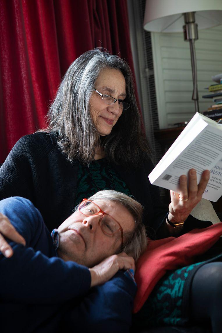 Hadewijch Kapteijn (64) leest haar man Samuel de Lange voor. Beeld Martijn Gijsbertsen