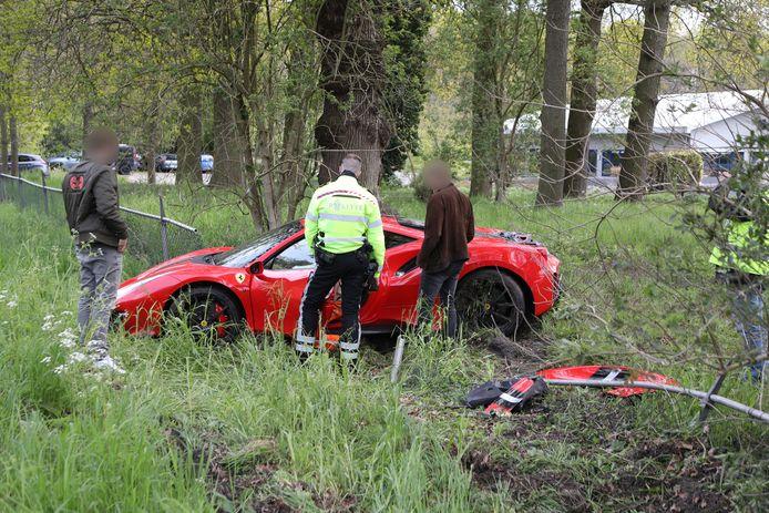 Een Ferrari is vanmiddag op de N44 bij Wassenaar door een hek gereden en in een grasveld naast de weg beland. Een berger heeft de dure bolide opgehaald.